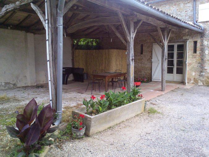 les bourdoncles familha terrasse ombragée salon de jardin et babyfoot