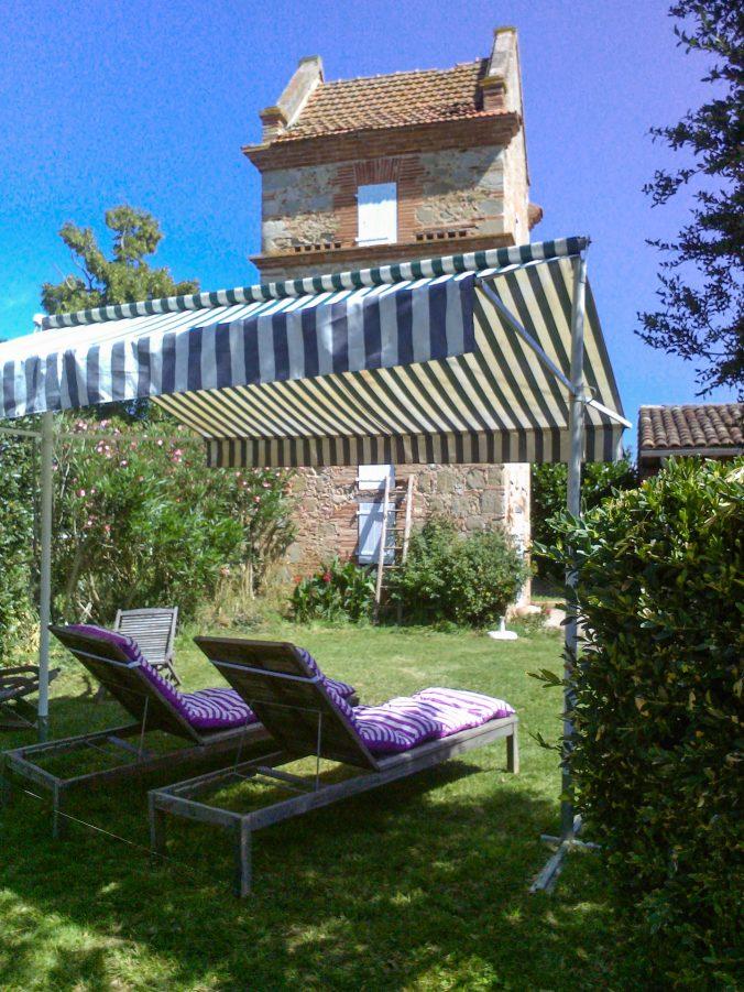 les bourdoncles familha bain de soleil jardin privée chaise longue et bronzage