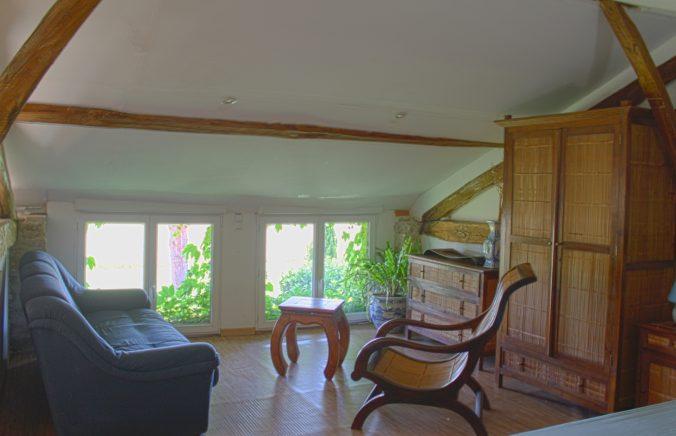 les bourdoncles Ombrassa chambre Ouest mezzanine style asiatique avec petit salon privé et lit king size