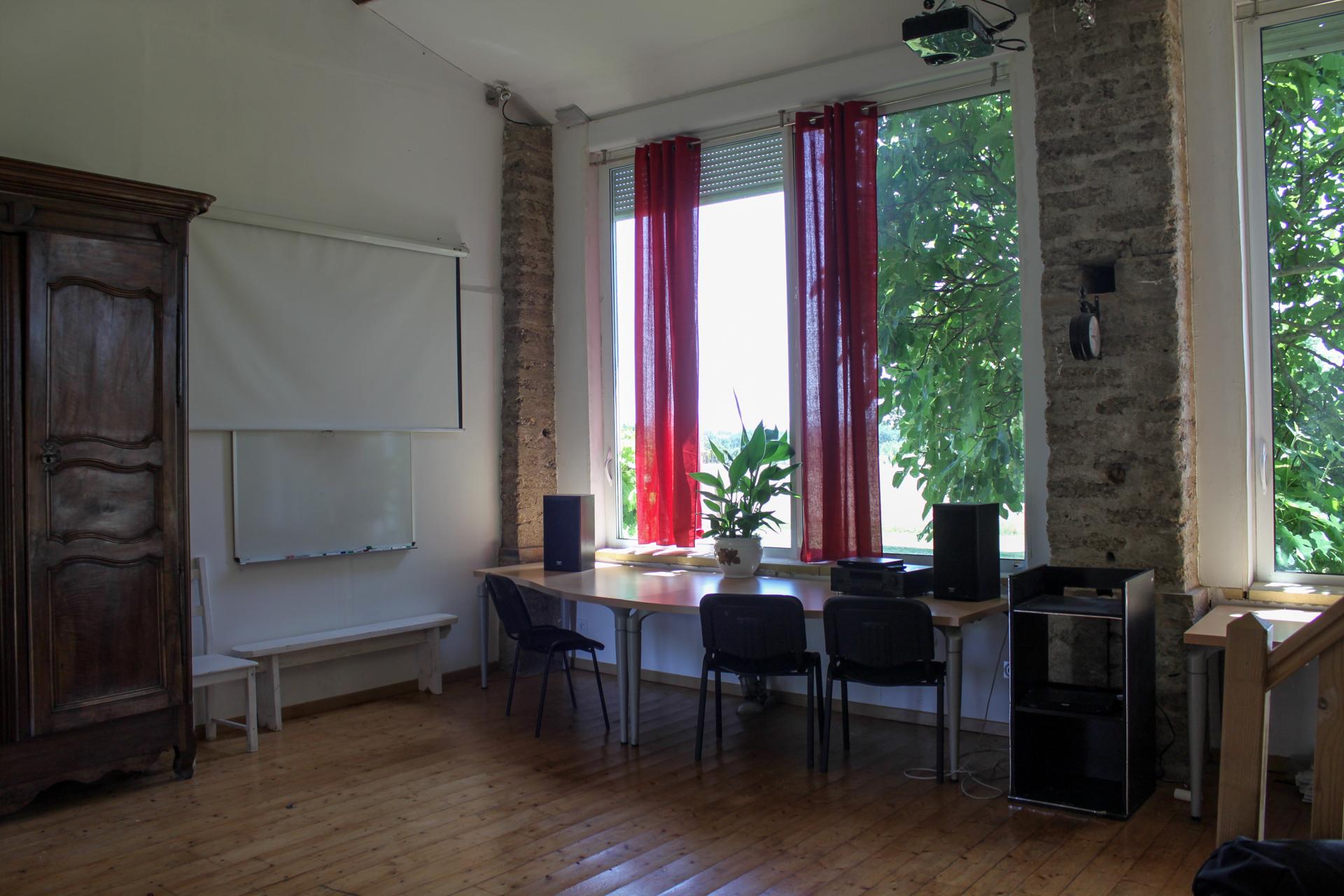 Ombrassa vaste salon pour séminaire professionnel