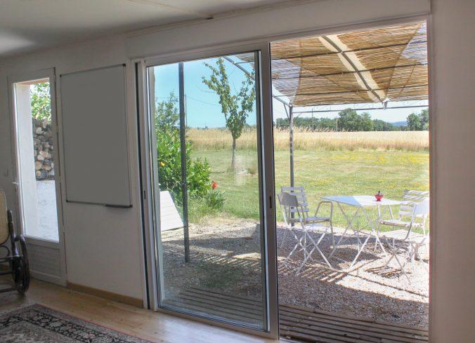 les bourdoncles ombrassa petit salon Est avec vue sur la terrasse
