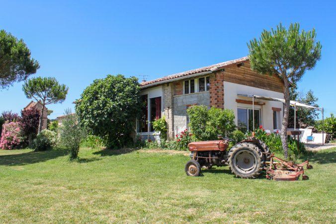 les bourdoncles Ombrassa vue d'ensemble extérieur face Sud Est tracteur et terrasse ombragée pour les barbecue
