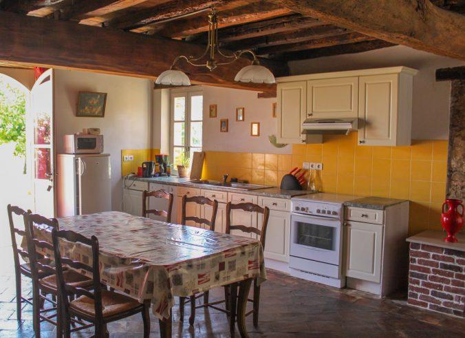 les bourdoncles familha intérieur cuisine salle à manger tout équipée four micro-onde cuisinière