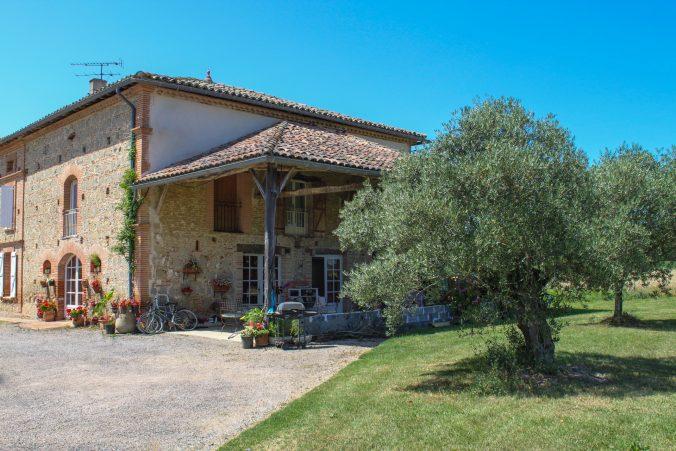 les bourdoncles serena vue extérieur du gite vaste terrasse ombragée olivier sud de la france provence tarn
