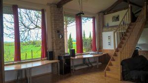 les bourdoncles Ombrassa grand salon intérieur avec télévision vidéoprojecteur sono hifi et mezzanine
