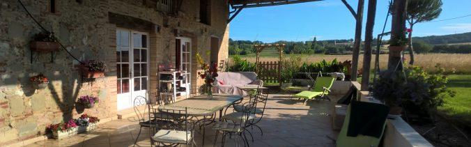 gite serena vaste terrasse ombragée pour soirée ou barbecue