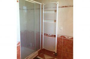 montage salle de bain serena avec les bords blanc